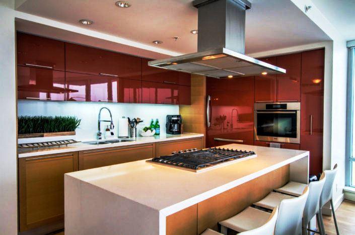 Фото кухни с глянцевыми фасадами красного цвета