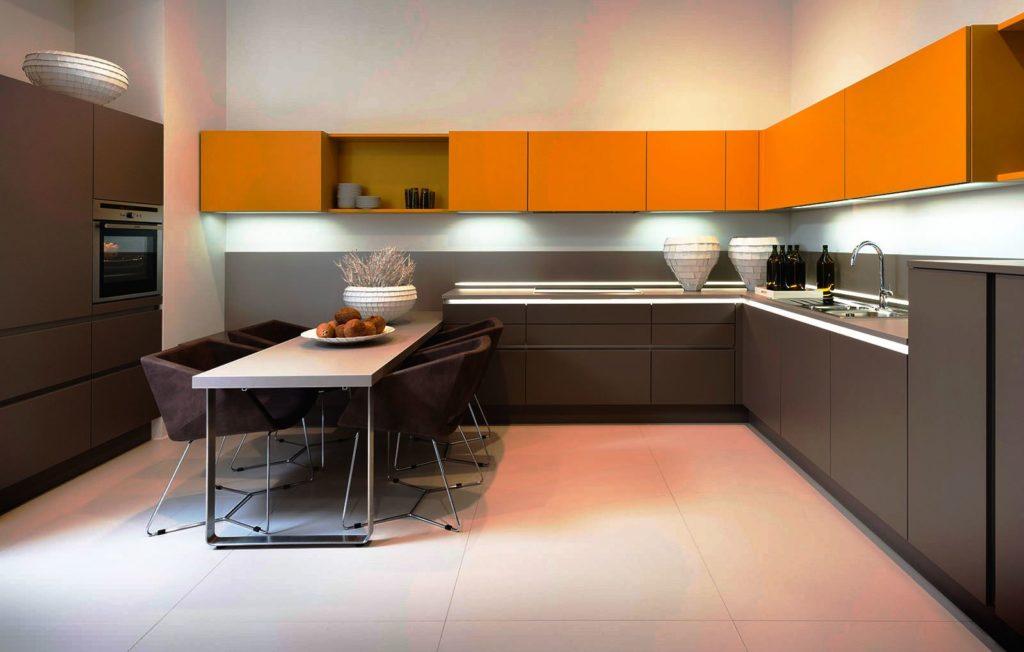 Стильный угловой кухонный гарнитур в комбинированном цвете