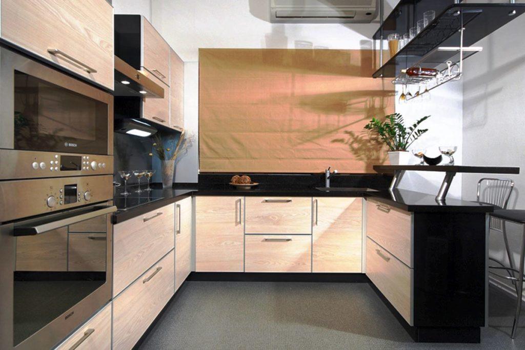 Фото П-образной кухни с барной стойкой