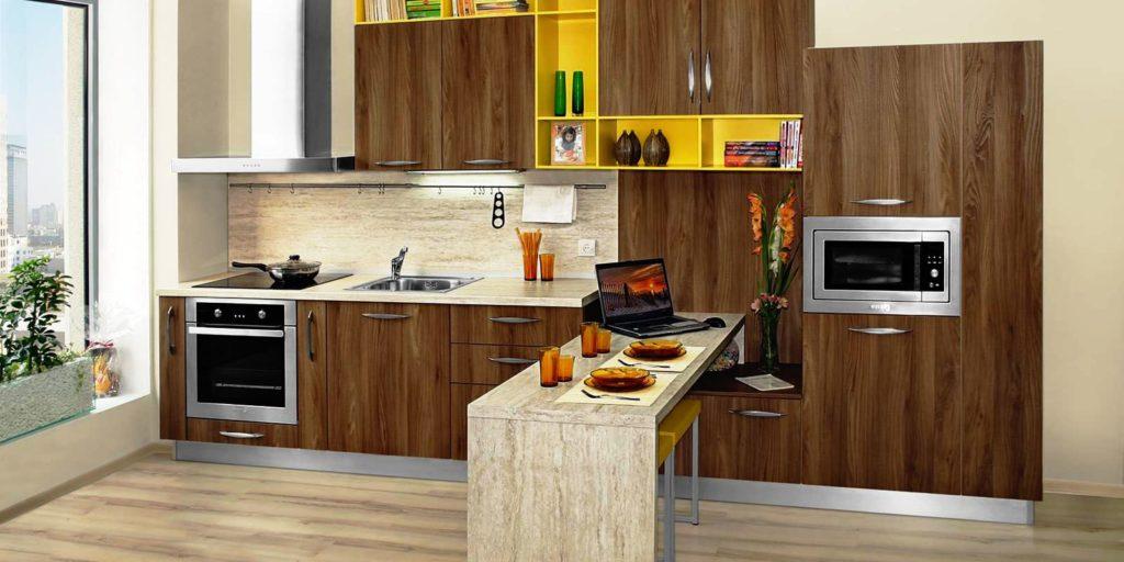Фото комплекта кухонной мебели с пеналом и навесными шкафчиками