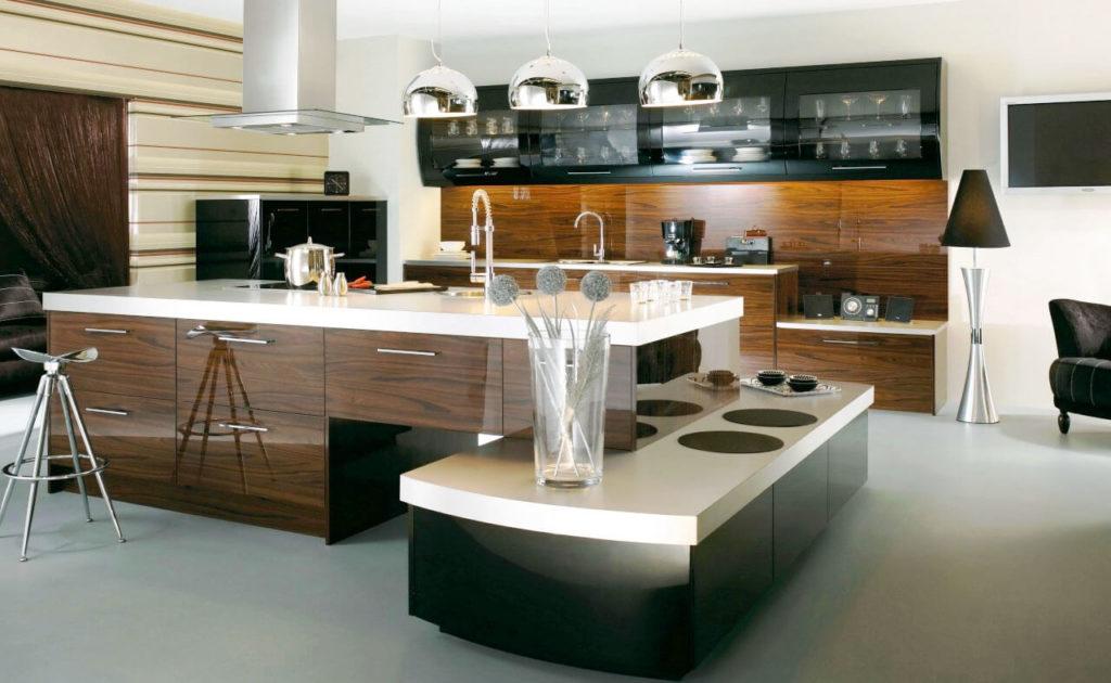 Фото кухонного гарнитура с витринными верхними шкафами со стеклянными фасадами