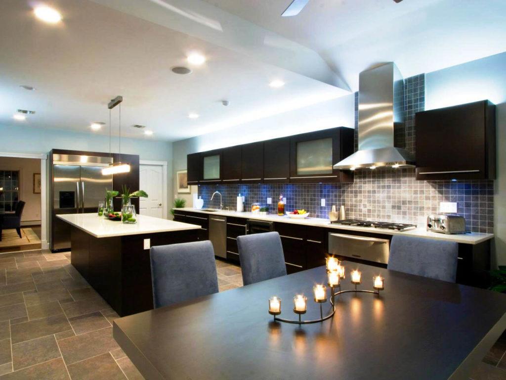 Кухня в современном стиле с верхним рядом кухонных шкафов