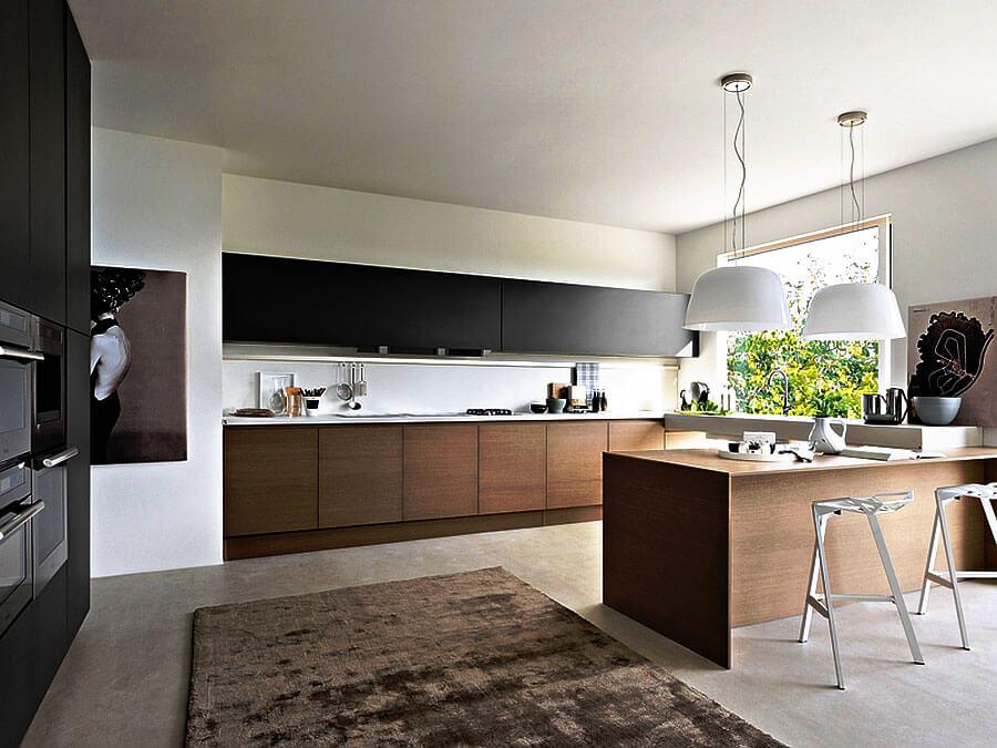 Кухонный гарнитур с широкими верхними навесными шкафами