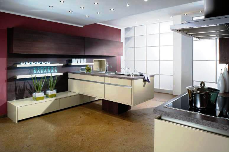 Современная кухня с большими навесными шкафами