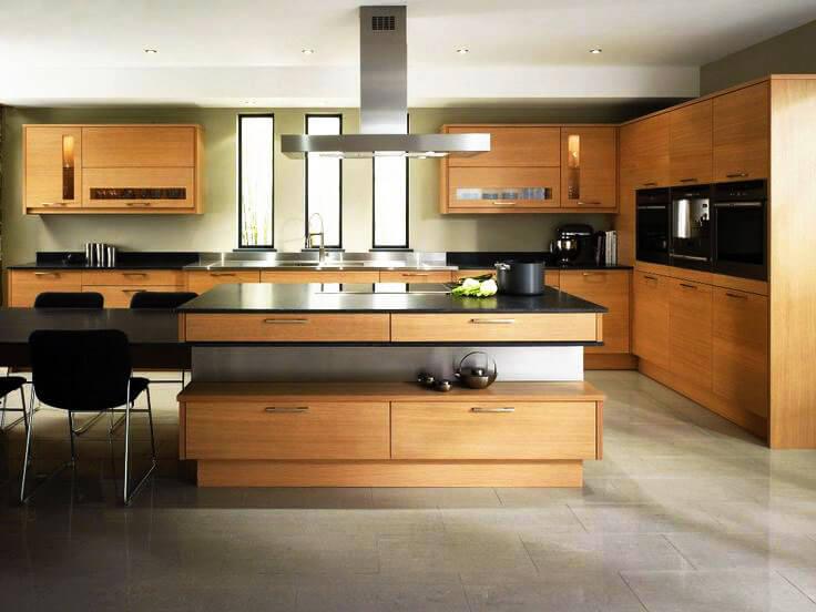 Фото кухонного гарнитура с деревянными шкафами