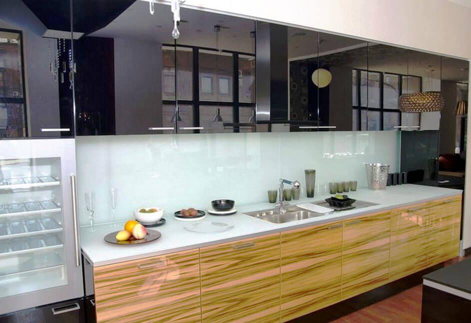 Фото кухни с зеркальными черными фасадами верхнего ряда