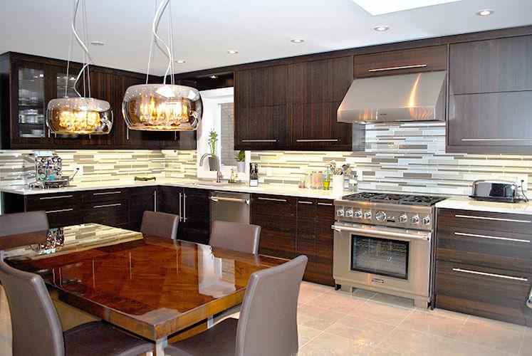 Просторная кухня с гарнитуром с верхним рядом в потолок