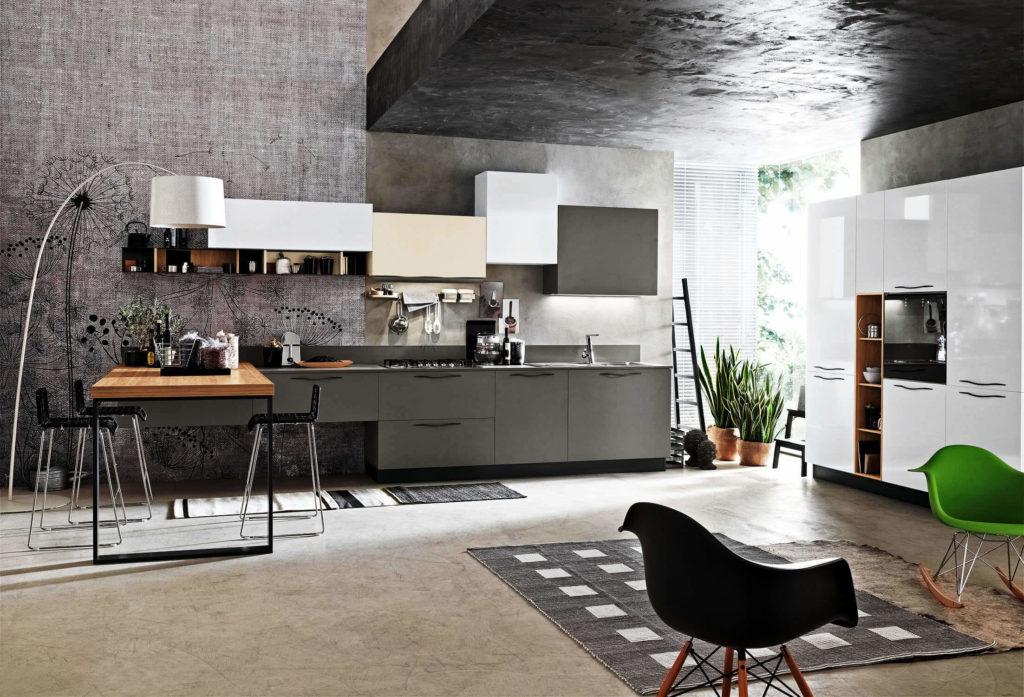 Фото современного кухонного гарнитура с разноцветными фасадами шкафов верхнего ряда