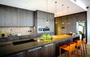 Фото современного кухонного гарнитура в стиле хай-тек с верхним рядом шкафов под потолок