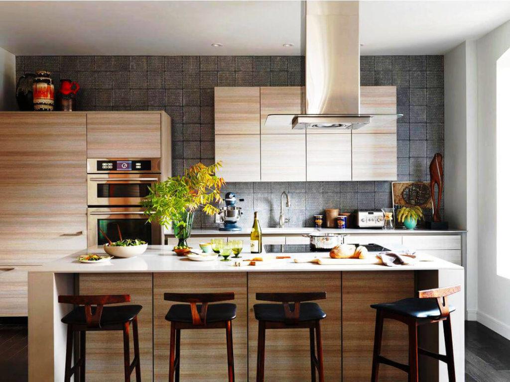 Кухонный гарнитур с закрытыми фасадами декорированными под дерево