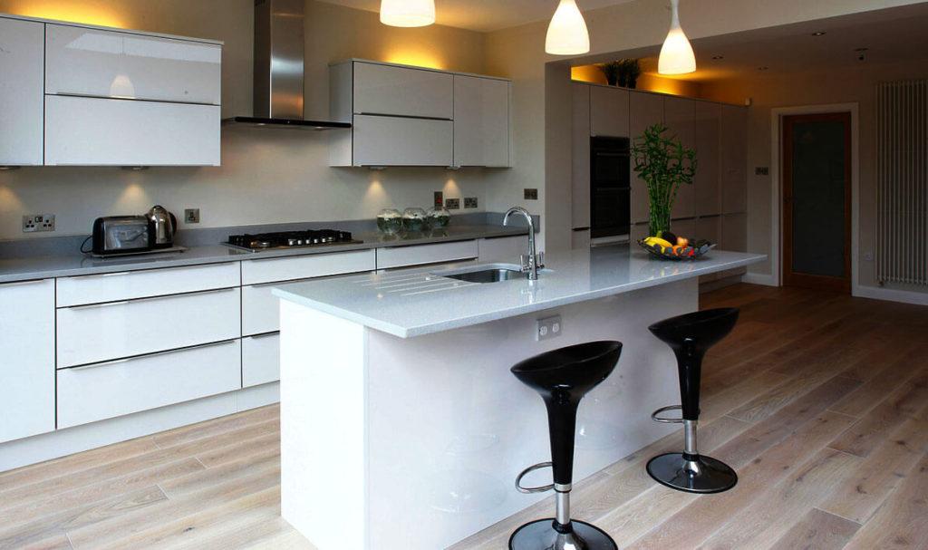 Фото просторной кухни с островом в белом цвете