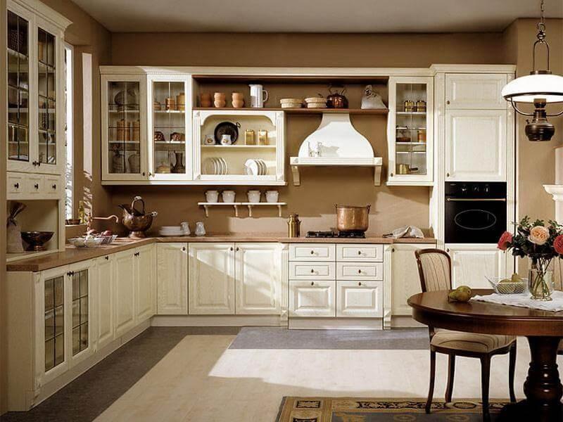 Кухня в классическом стиле с пеналом со встроенной духовкой