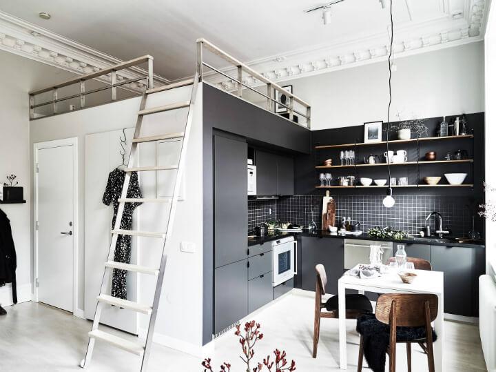 Интерьер кухни со встроенной техникой и кроватью под потолком
