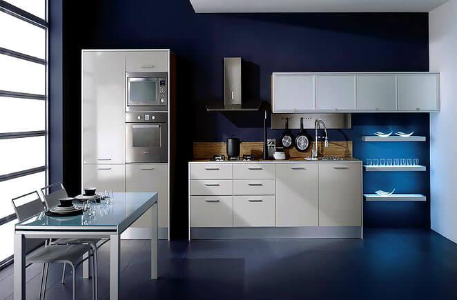 Фото кухни со встроенной техникой в пенале