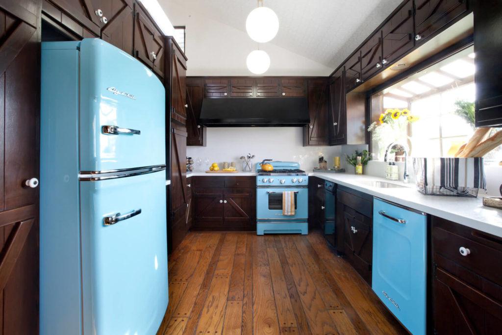 Интерьер кухни в деревенском стиле со встроенной техникой