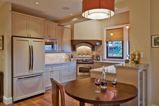 Кухня со встроенным холодильником прикрытым мебельными фасадами