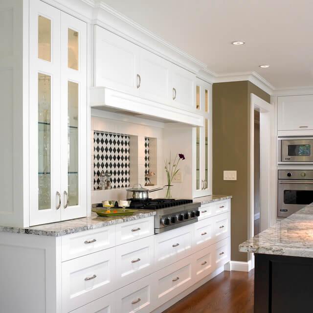 Фото кухонного гарнитура с вытяжкой встроенной в верхних шкафах