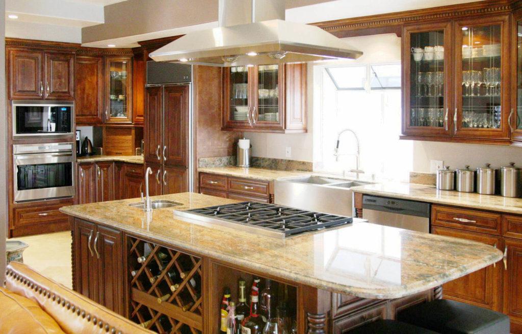 Фото кухонного острова со столешницей из гранита в классическом интерьере кухни