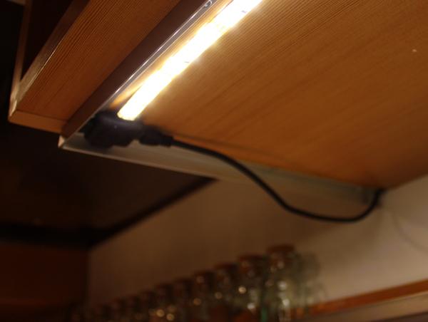 Фото LED подсветки полки шкафа