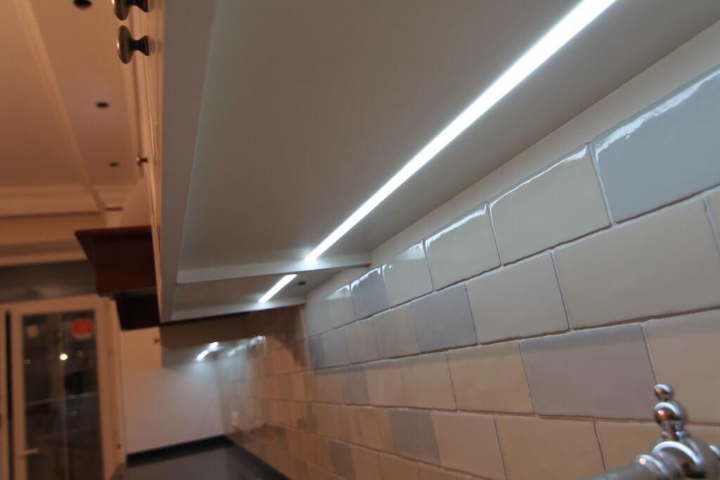 LED подсветка установленная под шкафом