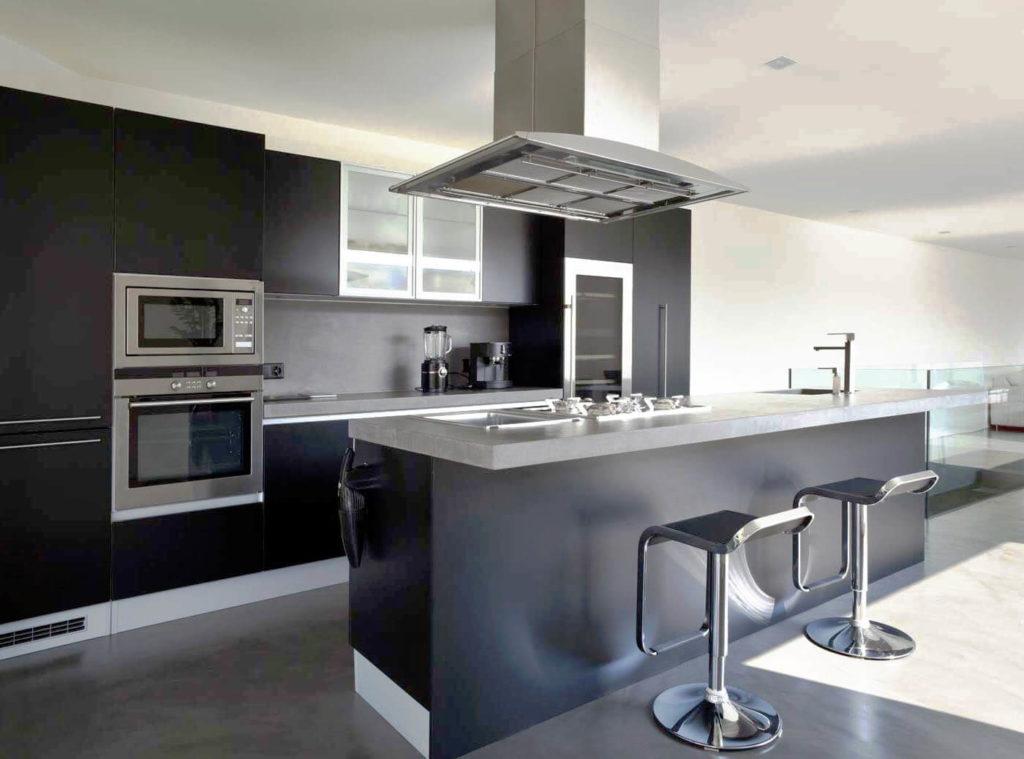 Фото кухни со встроенной СВЧ печью и духовым шкафом в пенале