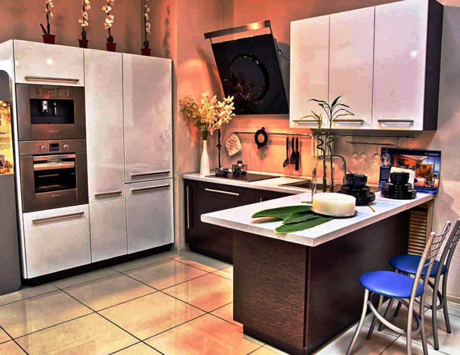 Кухня с духовыми шкафами в пенале