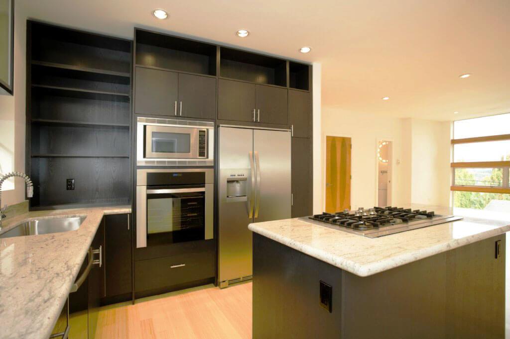 Фото кухонного гарнитура со встроенной духовкой и СВЧ печью в пенал