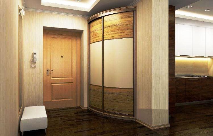 Угловая модель встроенного шкафа с радиусным фасадом в интерьере маленькой прихожей