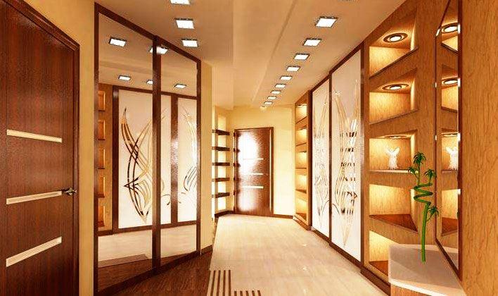 Встроенный шкаф купе в прихожей с зеркальными фасадами дверей