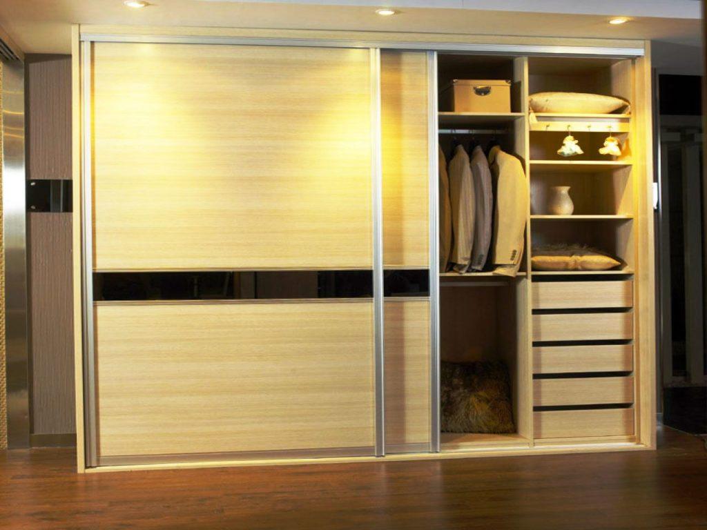 Фото внутреннего наполнения встроенного шкафа с раздвижной системой дверей в прихожей