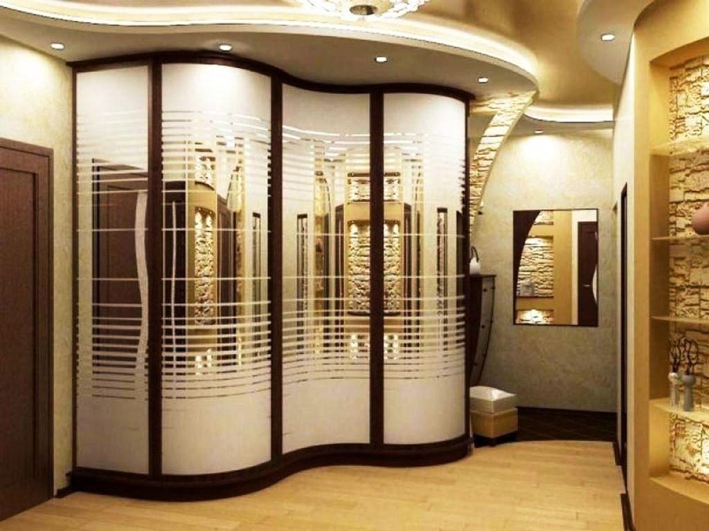 Встроенный шкаф купе в прихожей с волнообразными фасадми