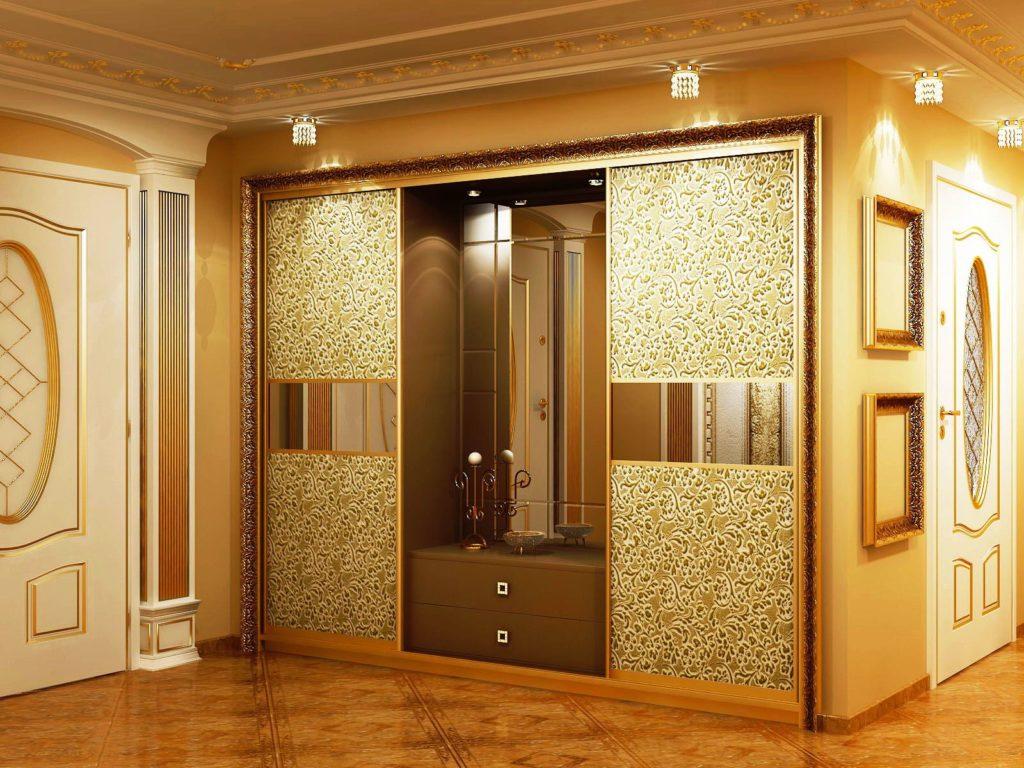 Интерьер прихожей в классическом стиле со встроенным шкафом купе со стеклянными фасадами