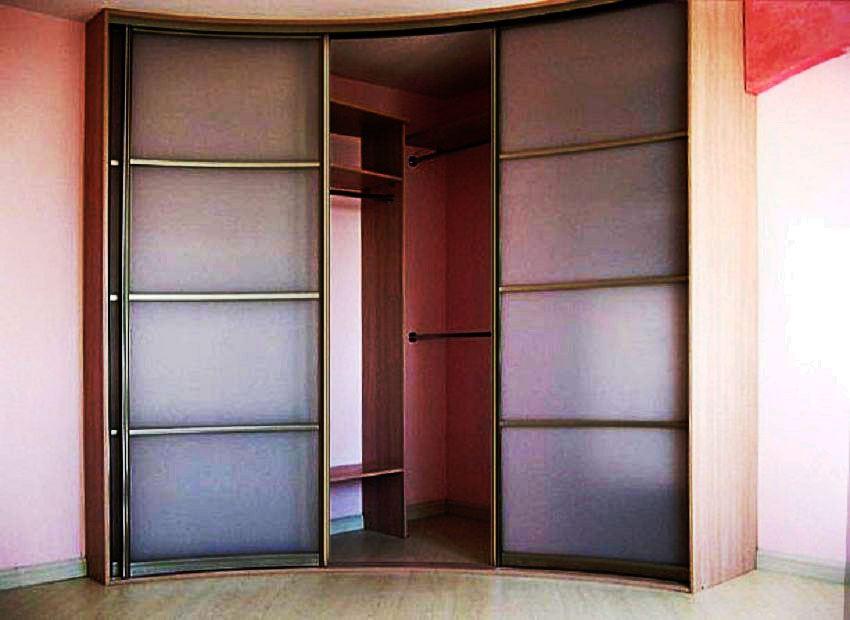 Фото встроенного углового шкафа в прихожей с фасадами с внутренним радиусом