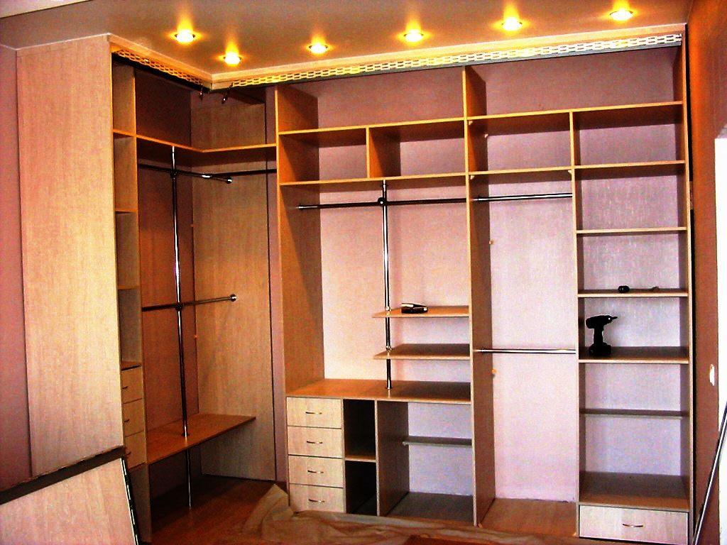 Фото внутреннего наполнения встроенного углового шкафа