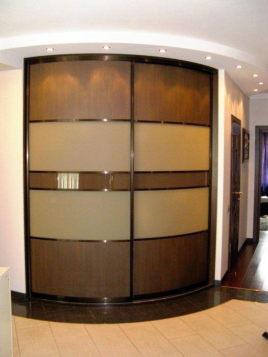 Фото встроенного углового шкафа в прихожей с радиусными раздвижными фасадами