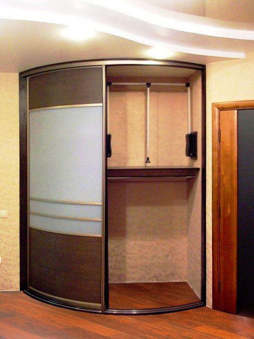 Фото углового шкафа купе встроенного типа в интерьере прихожей
