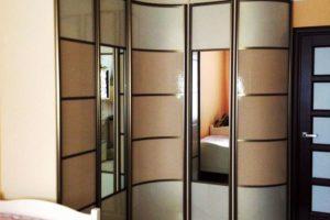 Фото встроенного углового шкафа св интерьере прихожей