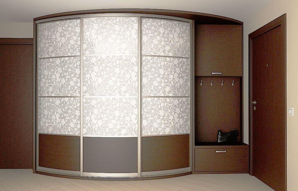 Шкаф в прихожей с радиусным фасадом с рисунком