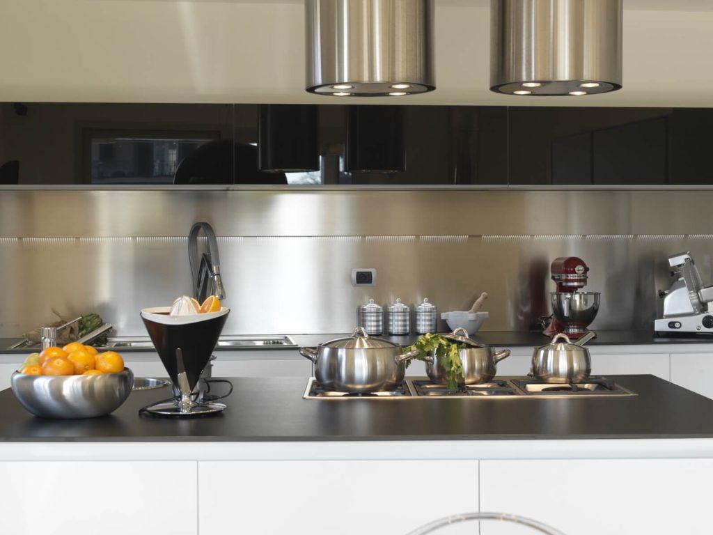 Фото кухни с металлическими настенными панелями