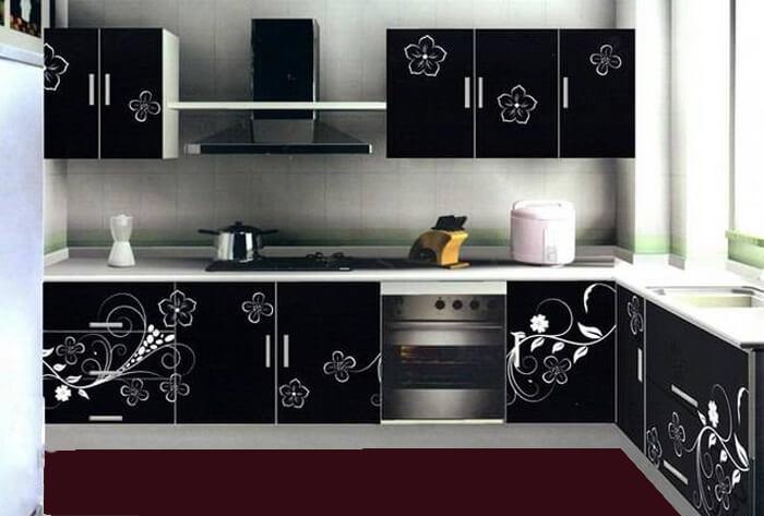 Кухонный гарнитур с черным фасадом с рисунком