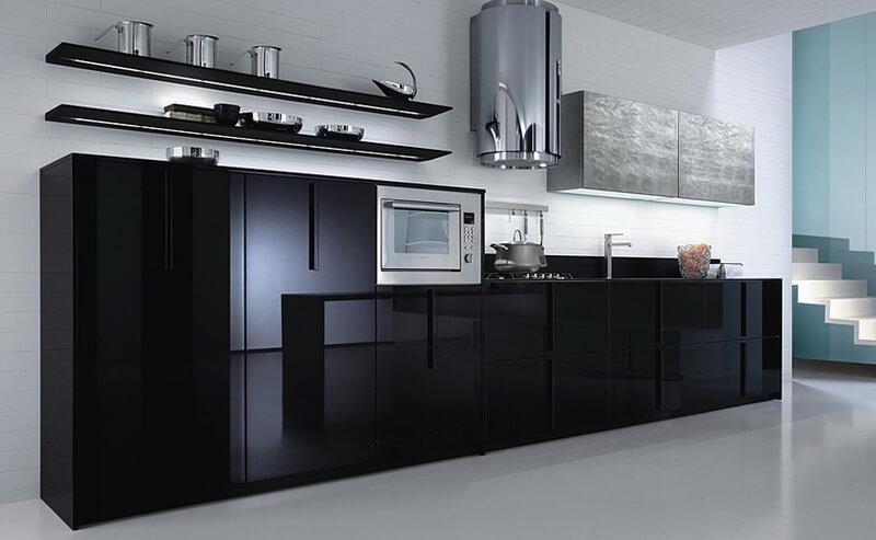 Кухонный гарнитур с черным глянцевым фасадом