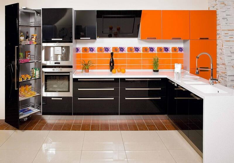 Современный угловой кухонный гарнитур в комбинированном цвете с глянцевым фасадом