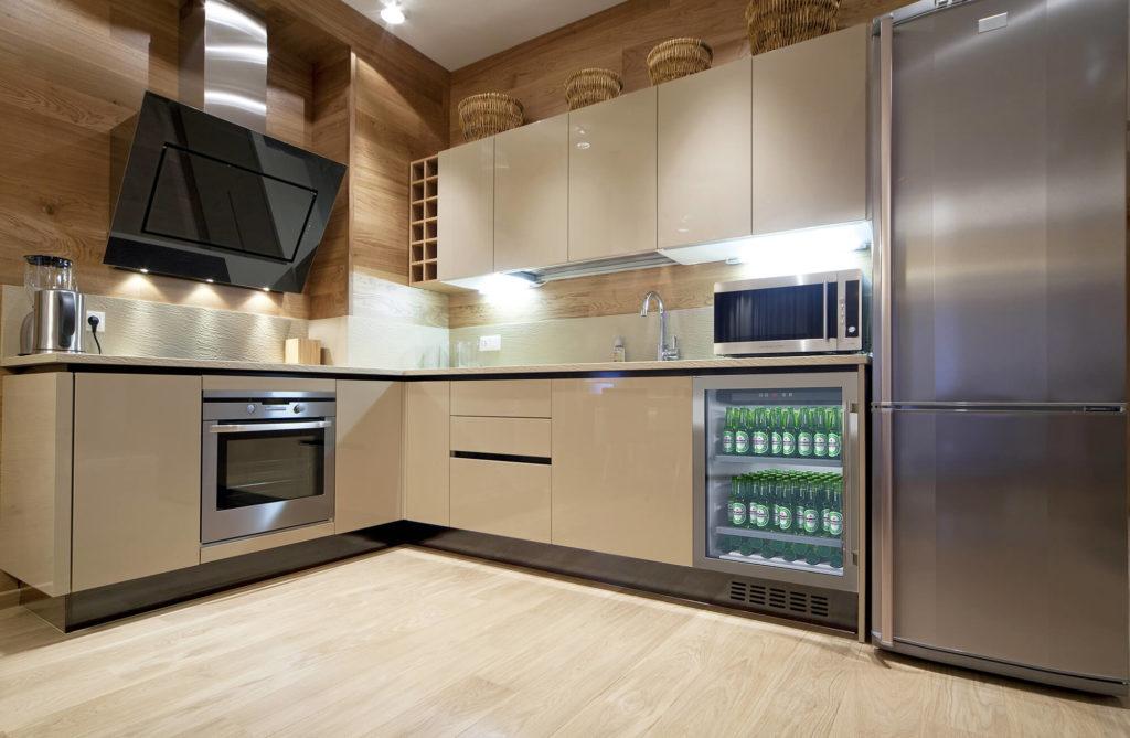 Стильный глянцевый кухонный гарнитур в бежевом цвете