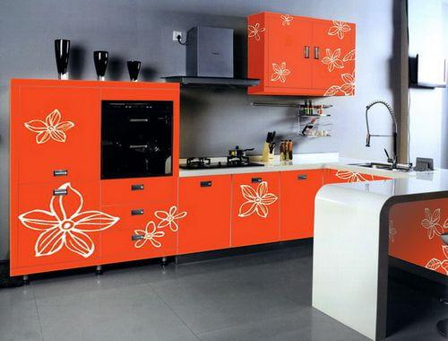 рыжий кухонный гарнитур с рисунком - цветы