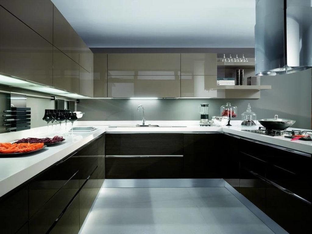 Фото П-образного кухонного гарнитура с глянцевым акриловым покрытием фасадов шкафов