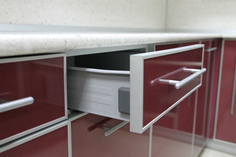 Фото кухонного выдвижного ящика с фасадом обрамленным в алюминиевую рамку