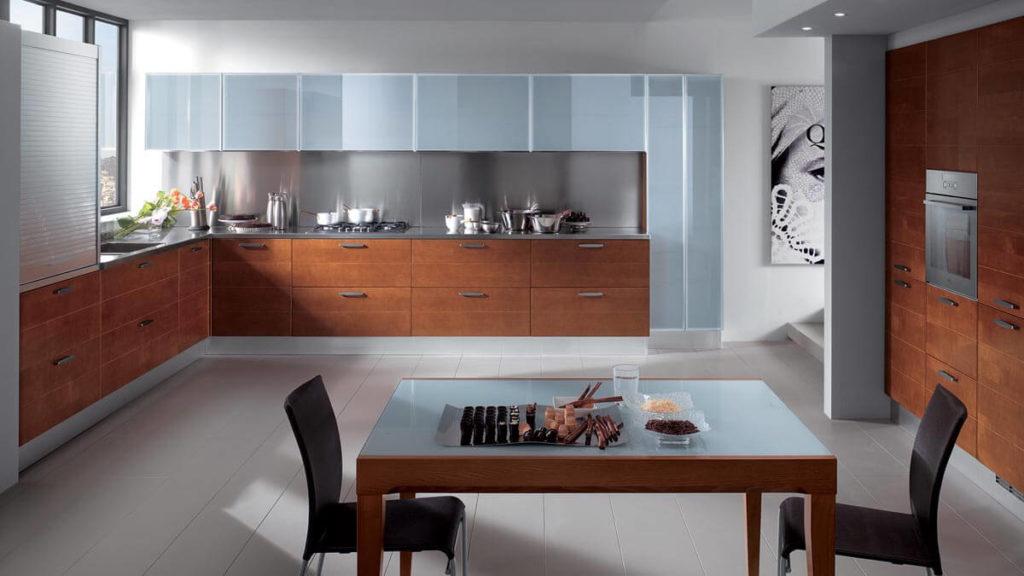 Кухонный гарнитур со стеклянными фасадами верхних шкафов в алюминиевой рамке