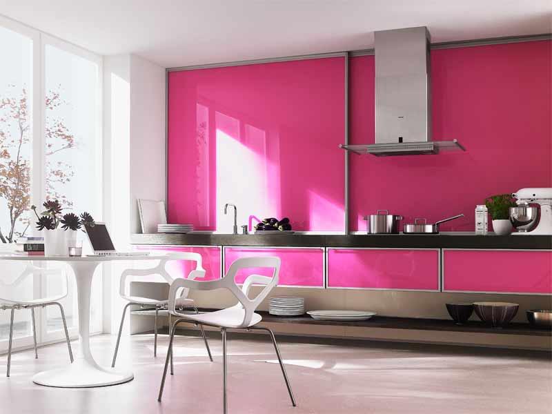 Кухня с глянцевым фасадом в алюминиевой рамке