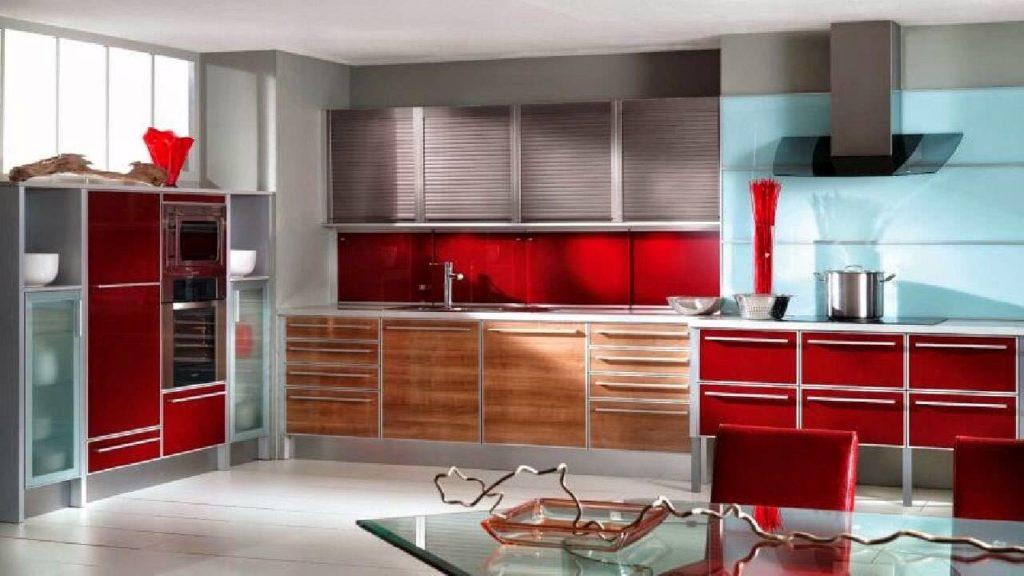 Интерьер кухни с алюминиевым гарнитуром