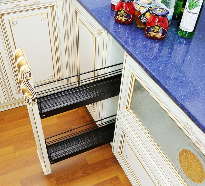 Фото выдвижной ниши для хранения бутылок на кухне